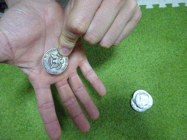 関西(大阪)のマジシャン大道芸人MIKIYAによるコインマジック
